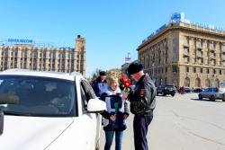 Волгоградки получили цветы от полицейских
