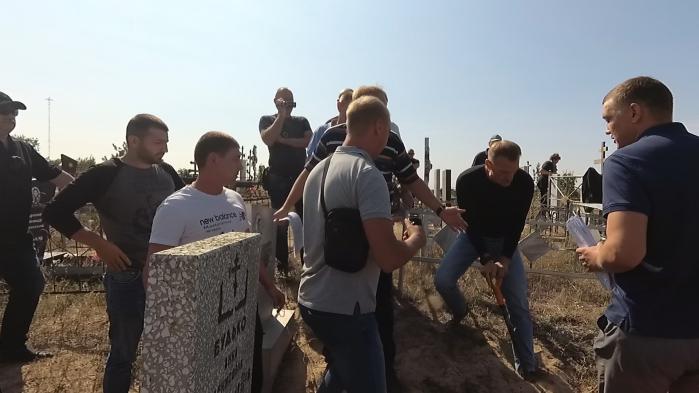 Пока волгоградские похоронщики спорят, сыновья сами копают могилы своим отцам