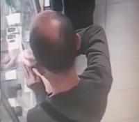 Ограбивший скупку в Дзержинском районе попал на камеру