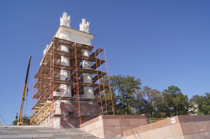 На центральной набережной Волгограда укрепляют главную лестницу