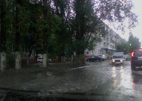 Сильный ливень в Волгограде парализовал движение транспорта